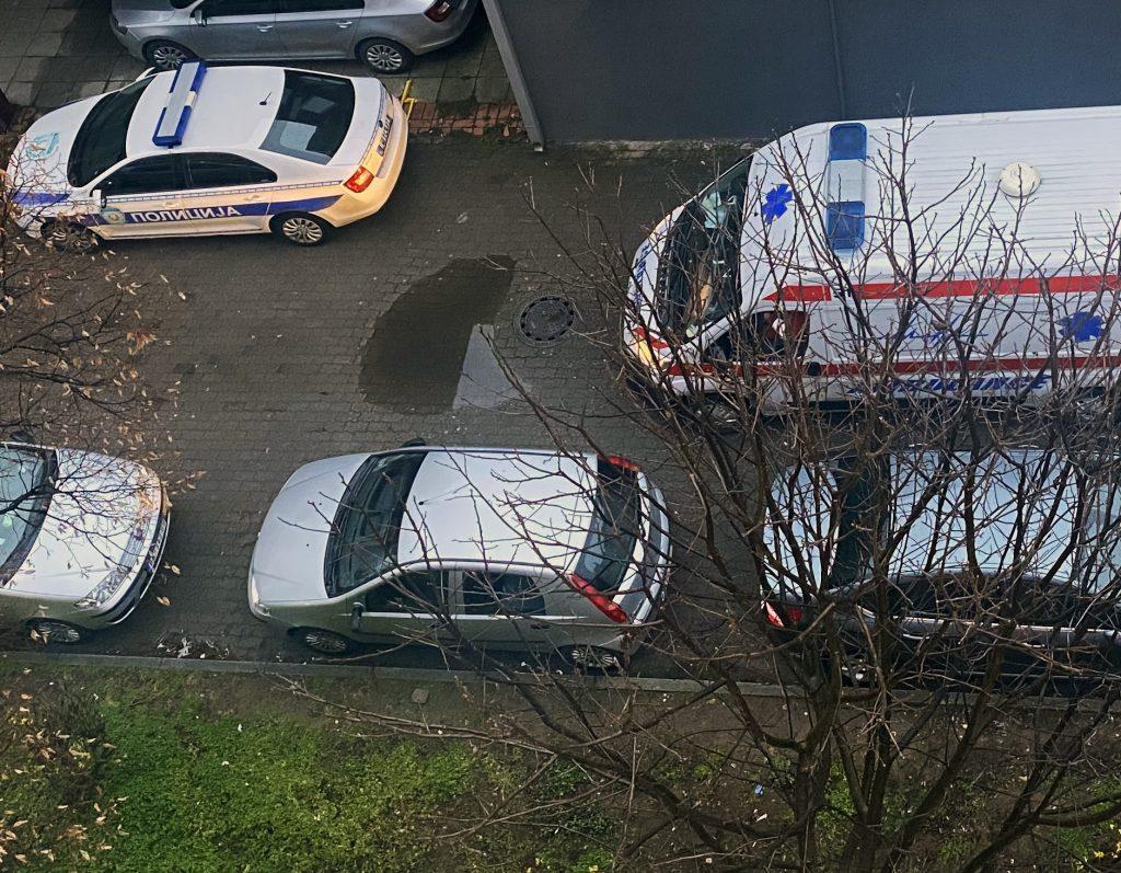 Photo: IzPrveRuke / Policija odvodi nasilnika / Hitna pomoć odvodi žrtvu